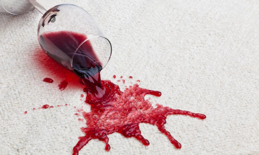 Como tirar mancha de vinho de roupas? Aprenda aqui!