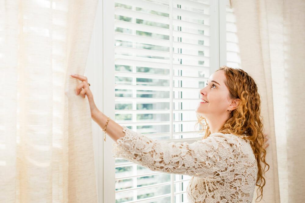 Lavagem de cortinas: saiba como deixá-las sempre limpas