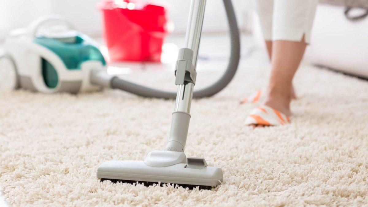 Acabou o desespero para limpar tapetes: confira 7 dicas incríveis