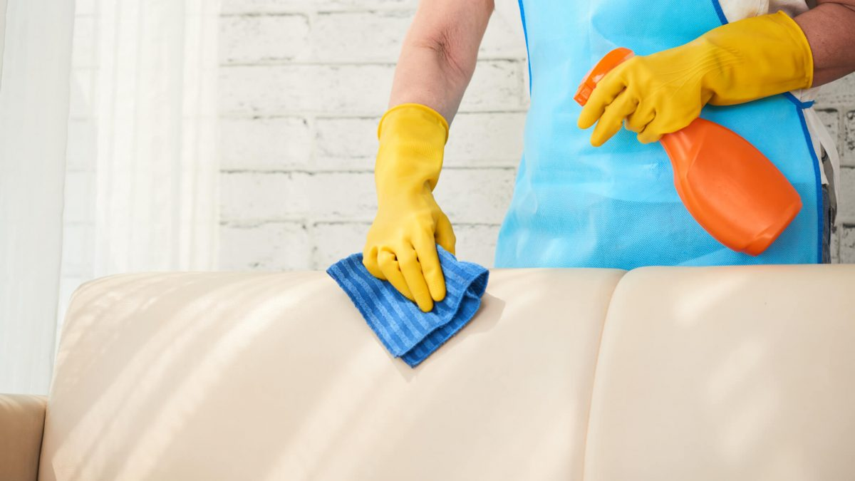 Saiba como limpar estofados para não ter mais vergonha de receber visitas